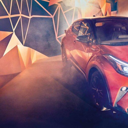Toyota C-HR Orange Edition vor Graffiti-Kunstwerk