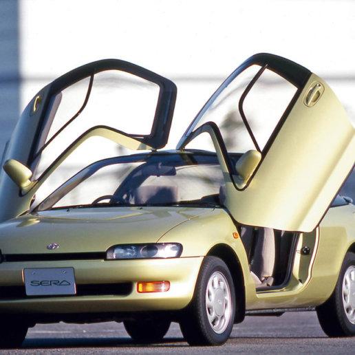Toyota Sera mit geöffneten Schmetterlingstüren