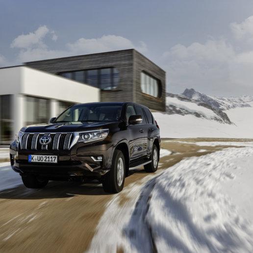 Toyota Land Cruiser fahrend im Schnee